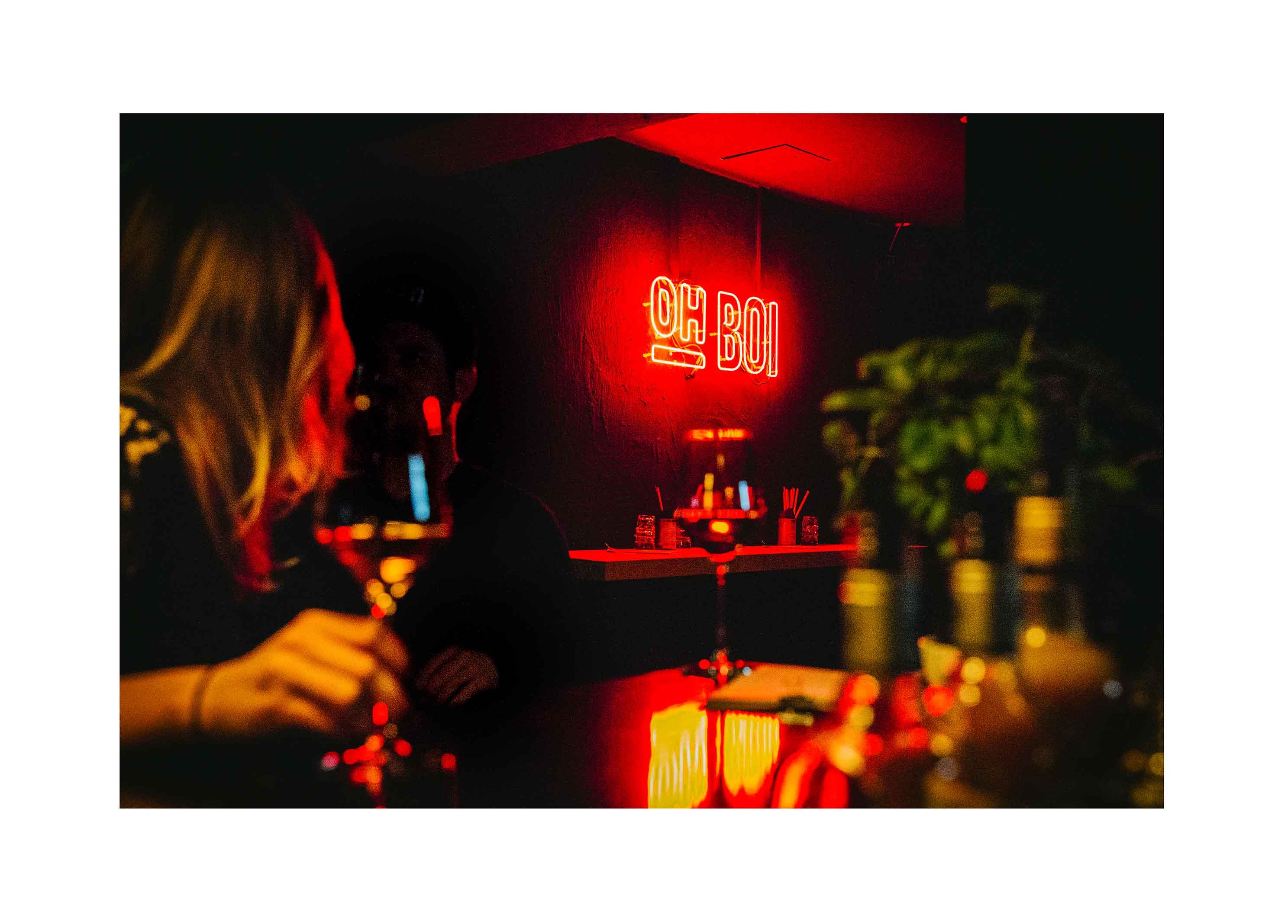 11-oh-boi-bar-food-augsburg-branding-design-neon-schriftzug