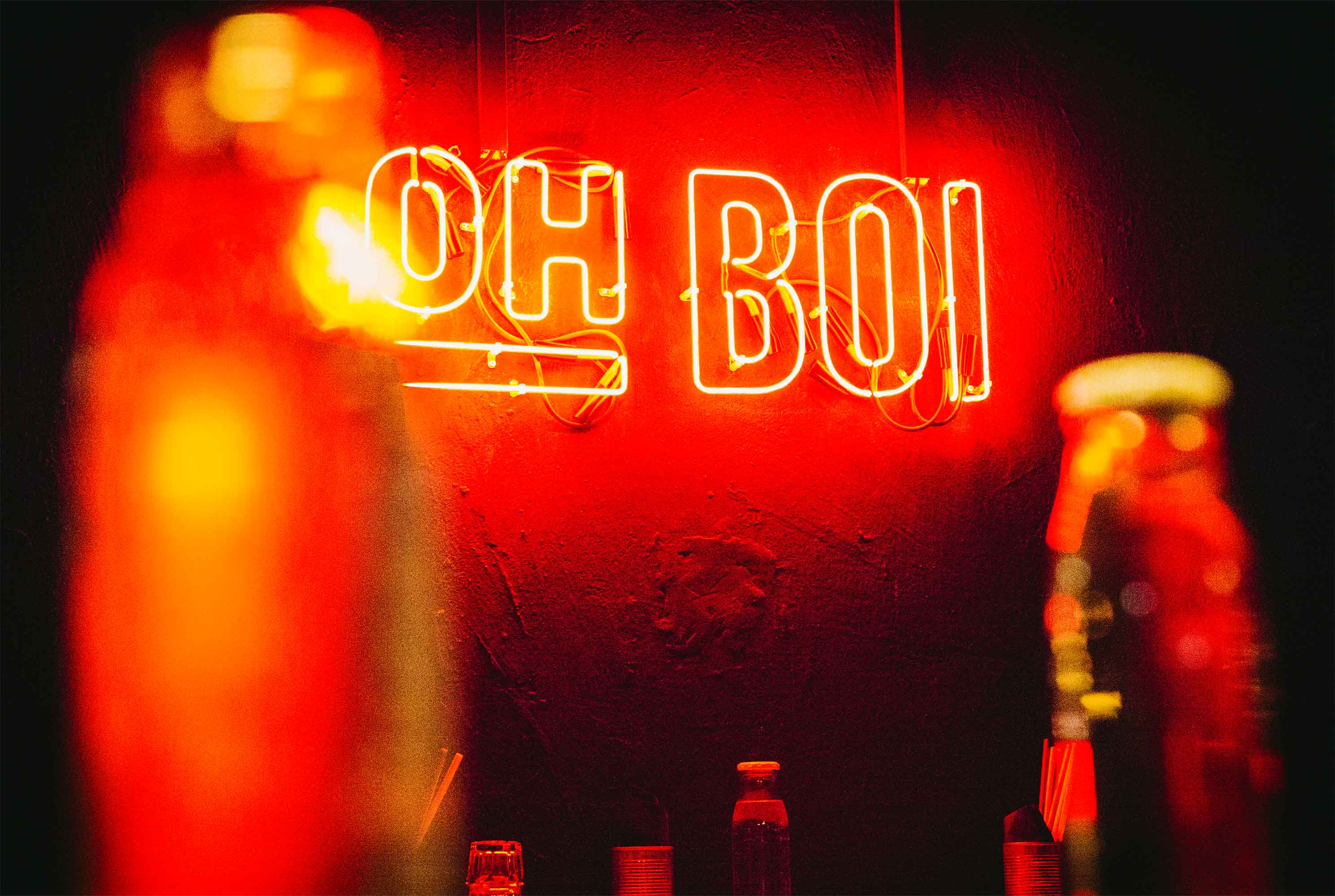 15-oh-boi-bar-food-augsburg-branding-design-neon-closeup